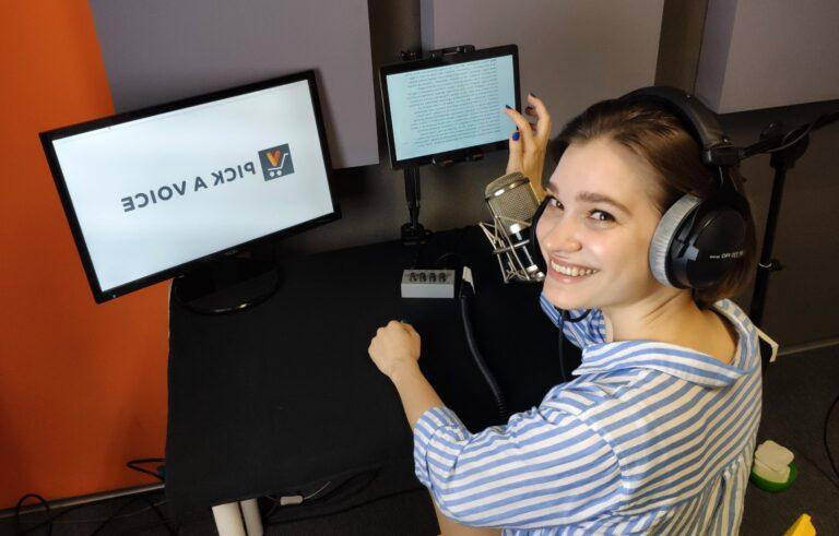 Lektorka czyta audiobooka w studio nagrań PICK A VOICE