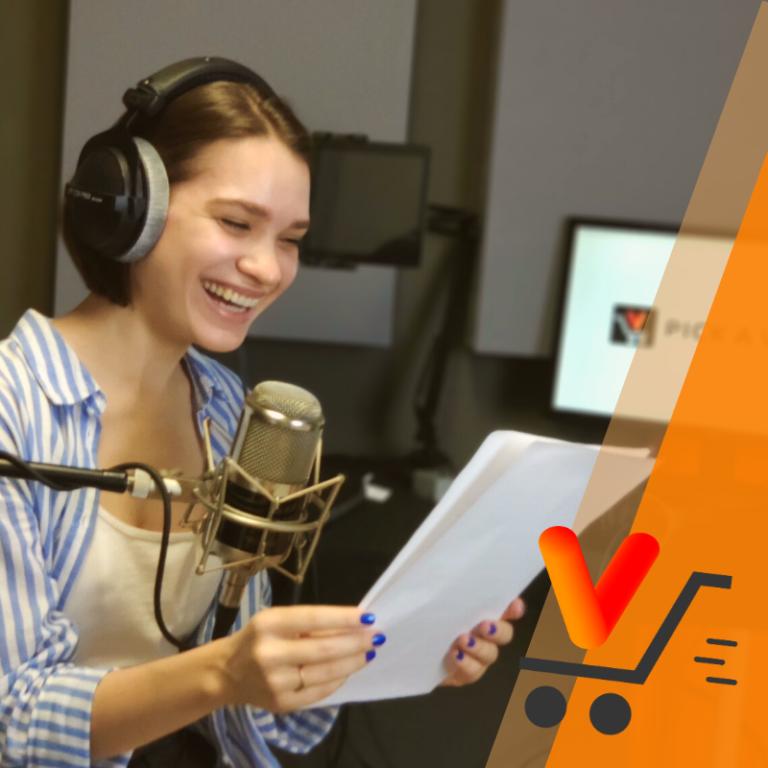 młoda kobieta nagrywa nagranie lektorskie przed mikrofonem w studio nagrań pick a voice