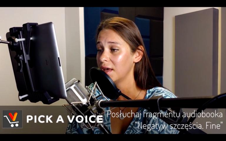 Lektorka Anna Szymańczyk nagrywa audiobooka w studio PICK A VOICE